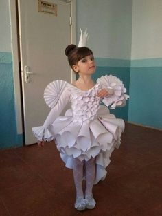 Бумажная принцесса in 2020 Recycled Costumes, Recycled Dress, Recycled Art, Fancy Dress For Kids, Kids Dress Up, Baby Kostüm, Paper Clothes, Newspaper Dress, Paper Fashion