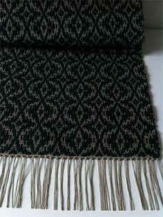 Rosen trasmatta Weaving Textiles, Weaving Patterns, Loom Weaving, Hand Weaving, Types Of Weaving, Rug Inspiration, Woven Scarves, Weaving Projects, Tear