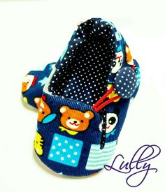 Sapatinho em tecido aveludado, fecho em elástico e botão forrado. <br> <br>*Confirme o tamanho do pezinho do bebê em centímetros.