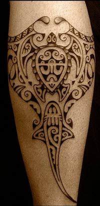 Moko maorí Aquí fundamental es el símbolo Punga, el Dios de los Mares, que a menudo se representa en forma del pez manta, éste último, creado por el dios creador Tangaora. Pero Punga no logró hacer sus deberes y se convirtió en vigilante.En él está representada la idea de la unión con la fuerza del agua, la idea del ancla. Este diseño de tatuaje es muy bueno para fines de aplicación.