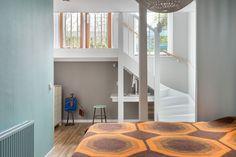 Daal je de trap verder af dan kom je op de slaapverdieping. Het voorste deel hiervan is een grotendeels open ruimte, met een kleine afgescheiden berging voor de wasmachine en droger. Onder de overloop en de trap is een praktische werkplek gecreëerd.