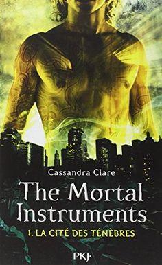 Clary assiste à un assassinat et découvre brutalement l'existence du Monde obscur qu'elle est seule à voir, un univers de fées, de loups-garous et de vampires cohabitant avec le monde des humains. Lorsque sa mère se fait kidnapper, Clary n'a plus le choix et demande de l'aide aux Chasseurs d'ombres, des tueurs de démons. Elle part alors à la recherche de la coupe mortelle pour sauver sa mère.