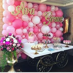 Party backdrop with balloons and first and middle names on wood signs-so cute! Via Instagram account @decoracaofesta