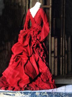 Gorgeous costume design from Bram Stoker's Dracula by Eiko Ishioka Vintage Outfits, Vintage Fashion, Moda Medieval, Eiko Ishioka, Bram Stoker's Dracula, Bustle Dress, The Costumer, Red Gowns, Movie Costumes