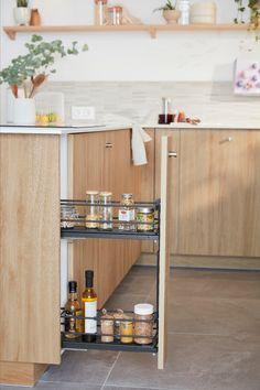 Lieu de convivialité par excellence, surtout quand elle est ouverte, la cuisine doit avant tout être bien équipée, ergonomique et disposer de nombreux rangements. Mais comment lui donner un style unique et harmoniser mais aussi fonctionnel et pratique ? Il suffit d'une dominante de blanc et de bois clair, de touches minérales et d'étagères décoratives pour inscrire la cuisine dans une ambiance nature et zen qui transforme tout l'espace. Découvrez comment aménager cette cuisine chaleureuse. Bathroom Medicine Cabinet, Decor, Storage, Cabinet, Furniture, Kitchen, Home Decor, Home Staging