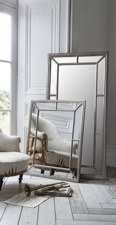 Zeitloser Spiegel mit einem breit getäfeltem Rahmen in prachtvoller Optik