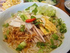 Vietnamesische Hühnersuppe mit Omelettstreifen und Wurst / Bún thang