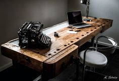 Das gestellt hat e I built a desk out of an old bench. It has made an e From an old bench I have built a desk. The post was built by a fri Industrial Living, Industrial Style, Bathroom Furniture, Cool Furniture, Deco Cool, Old Benches, Urban Loft, Built In Desk, Man Room