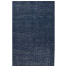 Soft, hand-knotted and full of depth thanks to the color graduations, this navy blue rug is the equivalent of a made-to-order suit for your floors.