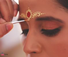 Brides are incomplete without chandan.. Picture Courtesy : iPic Frames  #indianbridal #BengaliBride #Desilook #weddingphotographer Dashboard | ShaadiSaga