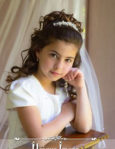 First Holy Communion Portraits Première Communion, Holy Communion Dresses, First Communion Party, First Holy Communion, Communion Hairstyles, Wedding Hairstyles, Girls Tiara, Flower Girl Tutu, Flower Girls