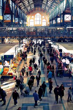 Market Hall (Nagyvásárcsarnok) Budapest - downstairs you buy all sorts of vegetables, dairy products, on the first floor typical Hungarian suveniers (tops, blouses with folk motives, paprika, Tokaji) and get some traditional market food like grilled saussage. Rather expensive! #Budapest