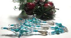 Vánoční ozdoba _ Vřeténko modrostříbrné Vánoční ozdoba . Použity kroucené tyčky , tyčky ,rokajl,,korálky modré a broušený korálek  ve tvaru slzy. Ukončeno postříbřenou vločkou.Délka cca 14 cm.Vhodné k zavěšení na stromeček , na větvičku. Krásný dárek :D