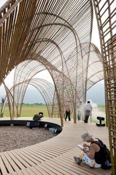 Este pabellón, diseñado por el despacho nARCHITECTS, se levanta como un homenaje a la naturaleza. El proyecto fue concebido en el contexto de un festival de arte organizado por la Oficina de Silvicultura de Taiwan, para aumentar la conciencia pública del bosque, en un plan del gobierno por lograr un futuro sustentable y reducir la emisión de carbono.