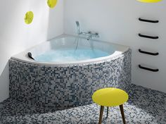 An angle bathtub by Jacob Delafon with mosaic gray and blue earthenware. Corner Bath Shower, Corner Tub, Bath Tube, Flat Interior Design, Bathtub Sizes, Tub Remodel, Kitchen Reno, Architectural Digest, Sweet Home