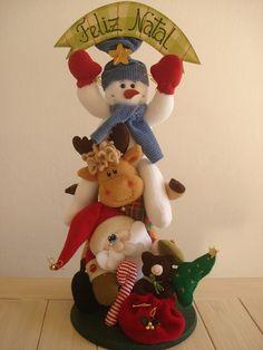 Bonecos confecionados em tecidos, sobre base de madeira pintada. R$130,00 Christmas Decorations, Christmas Ornaments, Holiday Decor, Elf On The Shelf, Xmas, Diy, Home Decor, Craft Ideas, Painted Wood