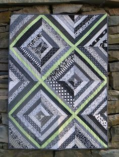 Black and white string quilt. Like the mint green but pink, aqua, or a vibrant purple would look great too. Rag Quilt, Scrappy Quilts, Quilt Blocks, Easy Quilts, Quilting Projects, Quilting Designs, Quilting Ideas, Diy Projects, Quilts