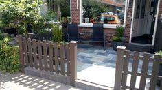 Tuinhek 80 cm hoog. Bruine planken van composiet. Makkelijk, strak en onderhoudsarm.
