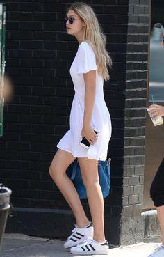 gigi-hadid-street-style-vestido-branco-e-tenis-adidas