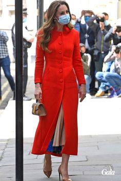 Kate Middleton a fait sensation le 7 mai 2021 avec sa robe-manteau rouge et son sac à main inspiré de Meghan Markle. Mais elle portait aussi une jupe plissée Zara des plus tendances. Looks Kate Middleton, Montreal, Meghan Markle, Ralph Lauren, Duchess Of Cambridge, London, Shirt Dress, Chic, Jackets