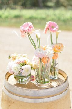a barrel topped with dahlias and daisies should be a summer wedding staple  Photography by xaviernavarro.com