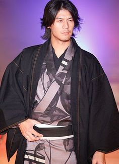 That's a whole lot of sexy on that runway. Keep in mind for the next time my sweet little haole husband has to hang with my family for Mochitsuke. Kimono by Jotaro Saito. Japanese Men, Japanese Kimono, Japanese Style, Yukata, Samurai, Male Kimono, Men's Kimono, Japanese Costume, Japan Fashion