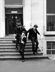 Beatlemaníaca desde eu ainda me surpreendo com fotos incríveis dos Beatles [e que eu NUNCA tinha visto na vida]. Beatlemaniac since I am still surprised by incredible pictures of the Beatles [and that I had NEVER seen in my life]. Great Bands, Cool Bands, The Quarrymen, Rock Y Metal, John Lennon Paul Mccartney, Beatles Photos, The Fab Four, Abbey Road, Yellow Submarine