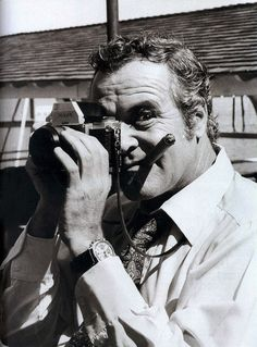 Heres a little comedy relief from the great Jack Lemmon to help ease you into your week. Nice to see him with a Nikon F. Whats your favourite Jack Lemmon film? Ours is a toss up between: The Apartment and Irma La Douce. Jack Lemmon, Tony Curtis, Spy Camera, Camera Nikon, Camera Bags, Famous Photographers, Celebrity Photographers, Celebrity Portraits, Pictures Of People