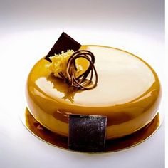 glaçage miroir gateau lisse à finition magique Fancy Desserts, Just Desserts, Delicious Desserts, Creative Cake Decorating, Creative Cakes, Chocolates, Decoration Patisserie, Mirror Glaze Cake, Glass Cakes