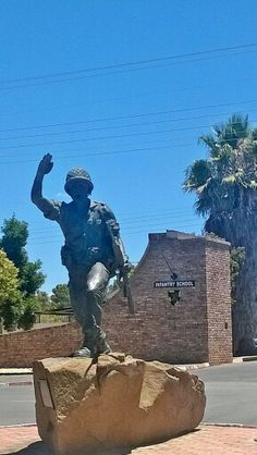 martyr soldier bust or statue parachute Defence Force, Paratrooper, Military Personnel, Ol Days, My Heritage, African History, Military History, Armed Forces, Troops