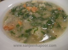 Caldo Verde Soup Recipe - Tiny pieces of potaots and onions cooked in a flavourful broth served topped with crispy fried sausage bits. Aloo Gobi, Winter Soups, Master Chef, Cheeseburger Chowder, Onions, Soup Recipes, Vegetarian, Eat
