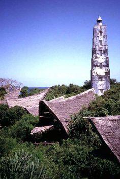 Chumbe Island Coral Park , Chumbe Island, Tanzânia - Vista sobre as tendas com suas formas originais do telhado para o farol pré-existente