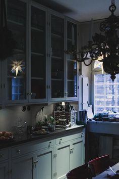 - Mokkasin - Lilly is Love Kitchen Dining, Kitchen Decor, Kitchen Cabinets, Retro Apartment, Kitchen Paint Colors, Kitchen Stories, Dark Interiors, Kitchen Interior, Home Kitchens