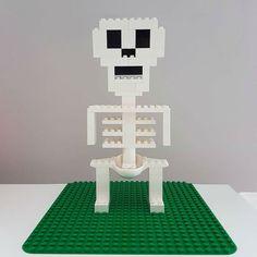 Here you see a skeleton made of LEGO® Duplo that we like from BRICKaddict. Lego Mario, Lego Club, Lego Minecraft, Minecraft Skins, Minecraft Buildings, Lego Ninjago, Halloween Lego, Halloween Crafts, Lego Studios