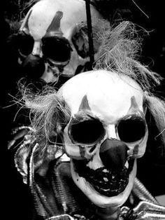 Yorick's skull was found in the scene where they were digging Ophelia's grave. Yorick was the courts clown, so this resembles his dead body. Freaky Clowns, Evil Clowns, Creepy Dolls, Funny Clowns, The Crow, Halloween Clown, Halloween Carnival, Cyberpunk, Dark Circus