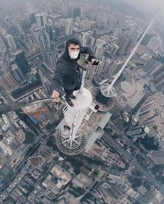 This post contains the most Amzing mind-blowing selfies of city climbers. These selfies besides being extremely beautiful, they are extremely original too. Parkour, Selfies, Unbelievable Pictures, Perfect Selfie, Scary Places, Selfie Stick, Foto Pose, Crazy People, Extreme Sports