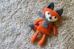 Show Off Saturday: Sewing Christmas Softies 2014 Fox- this dapper fellow is from a free tutorial and pattern over at Stitched by Crystal. Fox Stuffed Animal, Sewing Stuffed Animals, Stuffed Animal Patterns, Sewing Toys, Sewing Crafts, Sewing Projects, Softie Pattern, Fox Pattern, Fox Crafts