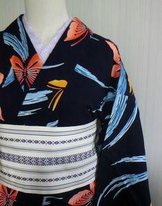 紺地に色あざやかな蝶々が染められたれとろでモダンな染め浴衣です。