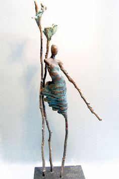 Loes Knoben - vrouw met twee bloemen Renaissance Artists, Small Sculptures, Polymer Clay Art, People Art, Wire Art, Fabric Art, Figure Drawing, Art Forms, Ceramic Art