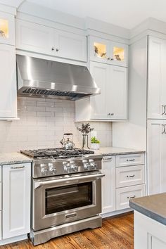 Shaker Style Cabinets, Shaker Kitchen Cabinets, Shaker Style Kitchens, Kitchen Cabinet Styles, Kitchen Hoods, Kitchen Stove, New Kitchen, Kitchen Reno, Kitchen Remodeling