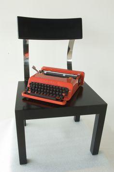 Sedia Follia del designer #Terragni e prodotta da #Zanotta nel 1934. Macchina da scrivere #Valentine del designer #Sottsass prodotta da #Olivetti nel 1969