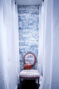 Dans la penderie, sur le mur et la chaise, tissu Hong Kong édité par Pierre  Frey. 0b5bd665224