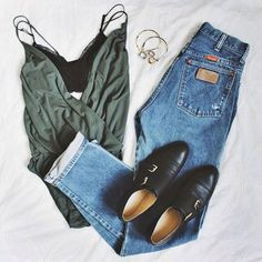 Loose, avec un jean bleu