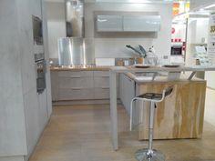 Coup de coeur sur cette cuisine d'exposition Leroy Merlin - Aspect béton, bois brut, métal brossé...