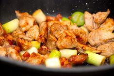 Opskrift på skøn og god skinkegryde med bacon, der simrer en times tid. Gryderetten indeholder også bacon, pølser, gulerødder og tomater. Skinkegryde med bacon er en nem hverdagsret, da den stort s…
