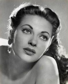 Yvonne De Carlo, 1940s