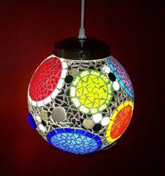 Lamparas Colgantes Y De Mesa Con Venecitas. Mosaic Pots, Mosaic Diy, Mosaic Crafts, Mosaic Glass, Mosaic Tiles, Stained Glass, Mosaic Designs, Mosaic Patterns, Tiffany Lamp Shade