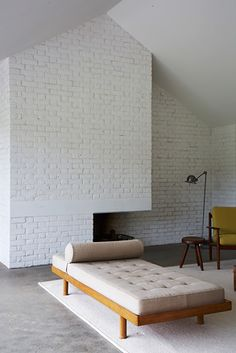 White brick/ charlotte perriand daybed in David Kohn's Stable Acre house - Norfolk Interior Desing, Home Interior, Interior Inspiration, Room Inspiration, Interior Architecture, System Architecture, Sofa Area Externa, Modern Furniture, Furniture Design