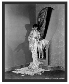 News Photo : Chinese-American actress Anna May Wong wearing a. Old Hollywood Glamour, Golden Age Of Hollywood, Vintage Hollywood, Luise Rainer, Anna May, Russian Wedding, Chinese American, Gone Girl, Dog Lady