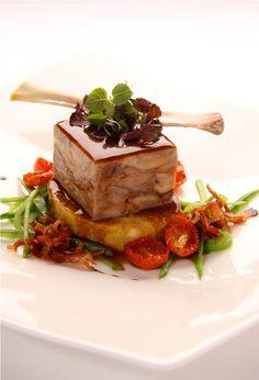 Würfel von der Schweinshaxe auf Semmelknödelscheibe Schweinshaxe, Brot, Credenzas, Food Food